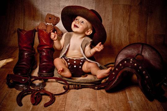 bébé souriant en habit de cow-boy