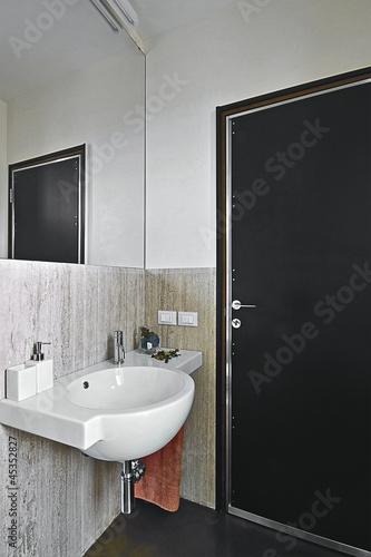 Piccolo bagno moderno con asciugamani arancione immagini - Bagno arancione ...