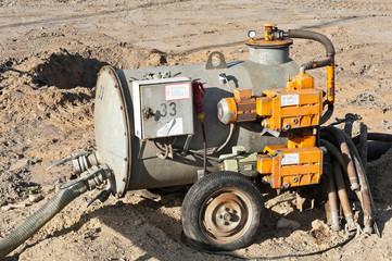 Grosse fahrbare Pumpe auf einer Baustelle