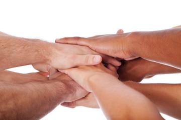 Diverse Personen legen die Hände aufeinander