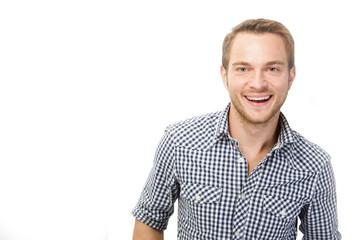 Lächelnder junger Mann im Karohemd