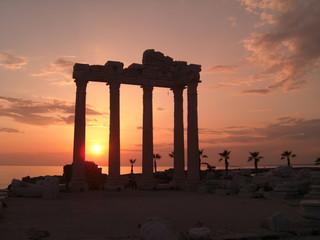 Tempelruinen im Sonnenuntergang
