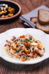 Fototapeta Chanterelle stewed with garlic and fresh herbs obraz