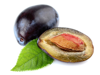 Isolated plums with leaf