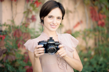 junge Frau mit Kamera