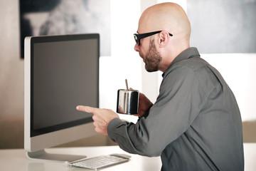 Geschäftsmann vor dem Computer