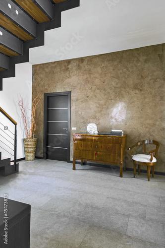 Antico cassettone vicino alla porta nel soggiorno moderno for Soggiorno antico e moderno
