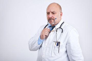 Doktor überlegt