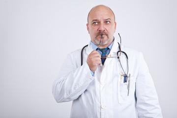 Doktor denkt nach