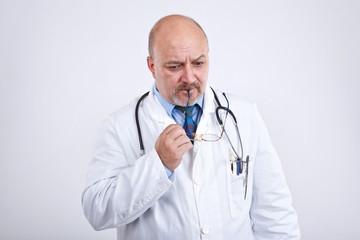 Arzt denkt nach