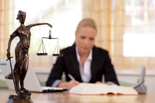 Anwalt im Büro