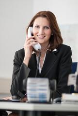 Junge Geschäftsfrau telefoniert