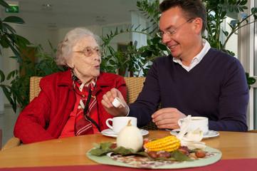 Ältere Dame mit Betreuer