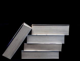 Książki na czarnym tle