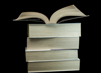 Stos książek na czarnym tle