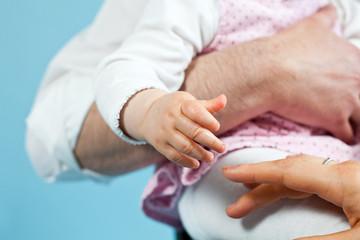 Babyhand greift Mamas Hand