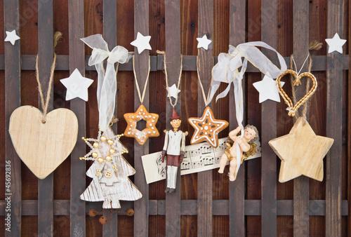 weihnachtliche dekoration mit holzfiguren stockfotos und. Black Bedroom Furniture Sets. Home Design Ideas