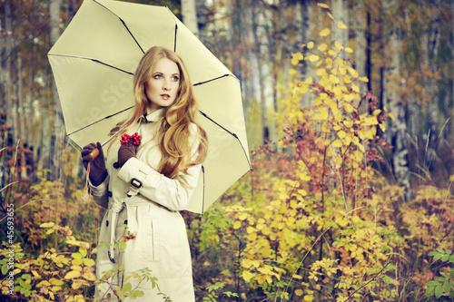 С зонтиком в лесу  № 3394147 загрузить