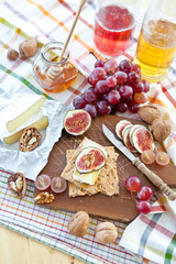 Crisp bread with camembert, honey and figs