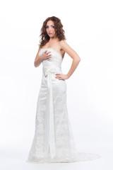 Молодая женщина в свадебном платье удивлена