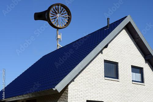 windrad kleinwindanlage auf einfamilienhaus stockfotos. Black Bedroom Furniture Sets. Home Design Ideas