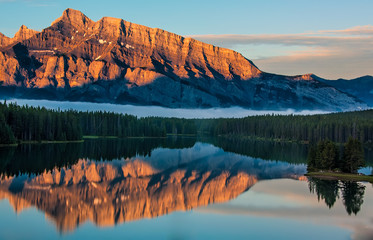 Fotomurales - Orange Mountain Reflection in Lake Minnewanka