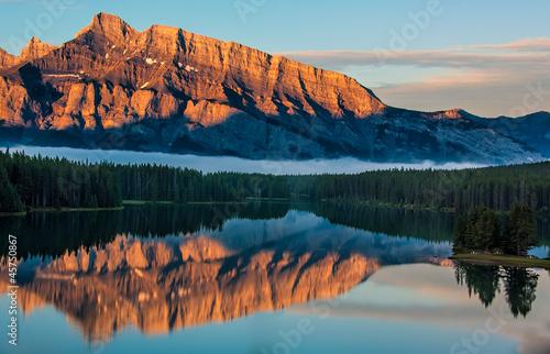 Fototapete Orange Mountain Reflection in Lake Minnewanka