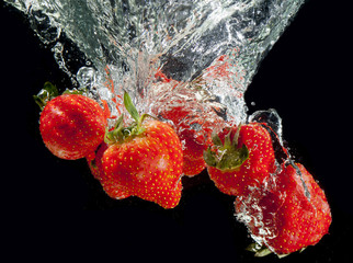 Poster Eclaboussures d eau Stawberry on black splashing!