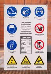Gefahrenzeichen warnen vor Baustellenunfällen