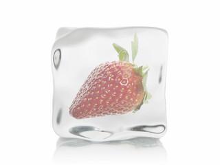 Eiswürfel mit Erdbeere