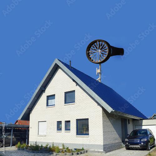 """""""Windrad Kleinwindanlage Auf Einfamilienhaus"""" Stockfotos"""