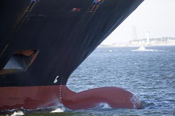 Bug eines Frachtschiffes in der Kieler Förde, Deutschland