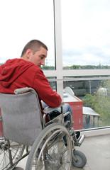 einsamer Rollstuhlfahrer