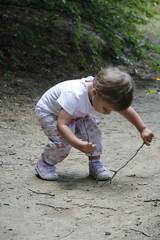 bambina gioca in campagna