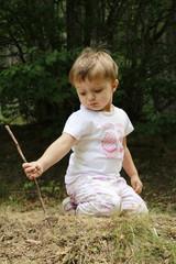 bambina gioca con bastoncino