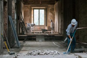 Obraz Operai in soffitta - fototapety do salonu