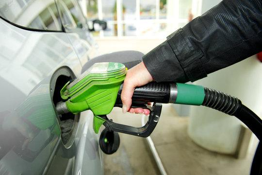 Frau tankt Benzin an Tankstelle - Zapfanlage
