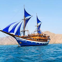 Foto auf AluDibond Schiff Vintage Wooden Ship with Blue Sails