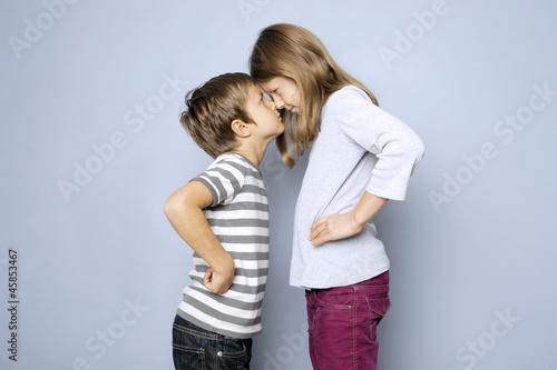 zwei kinder junge und m dchen haben streit stockfotos und lizenzfreie bilder auf. Black Bedroom Furniture Sets. Home Design Ideas