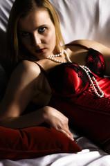 Junge Frau in roten Dessous