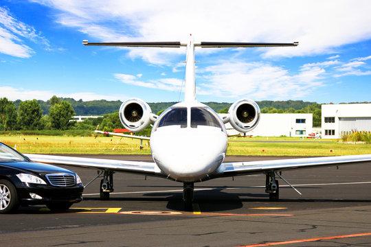 Learjet und Limousine