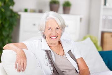 lächelnde seniorin zu hause