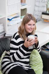 Frau mit Kaffeetasse in der Hand