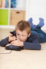 kleiner junge spielt ein computerspiel