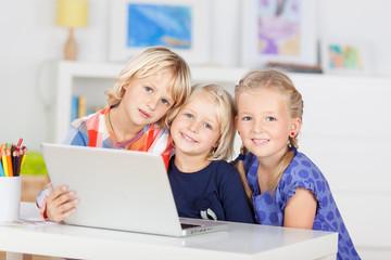 drei mädchen mit laptop