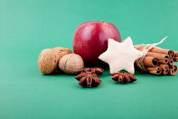 Festliche Weihnachtsdekoration mit Zimt, Anis, Nüssen und Gebä