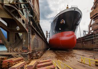 Obraz Duży tankowiec w stoczni Gdańsk, Polska - fototapety do salonu