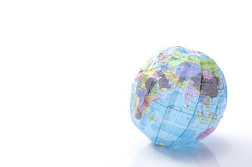 白背景に紙の地球儀