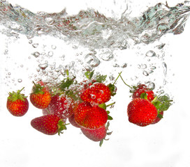 Deurstickers Opspattend water Strawberries falling into water