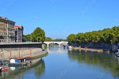 chiatte galleggianti viste da ponte cavour porto di